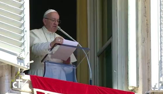 Le pape François déplore l'usage du téléphone pendant la messe